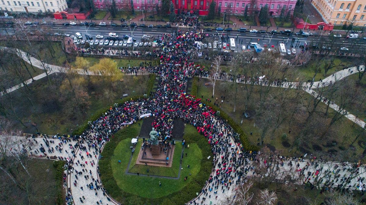 Люди собираются на шествие