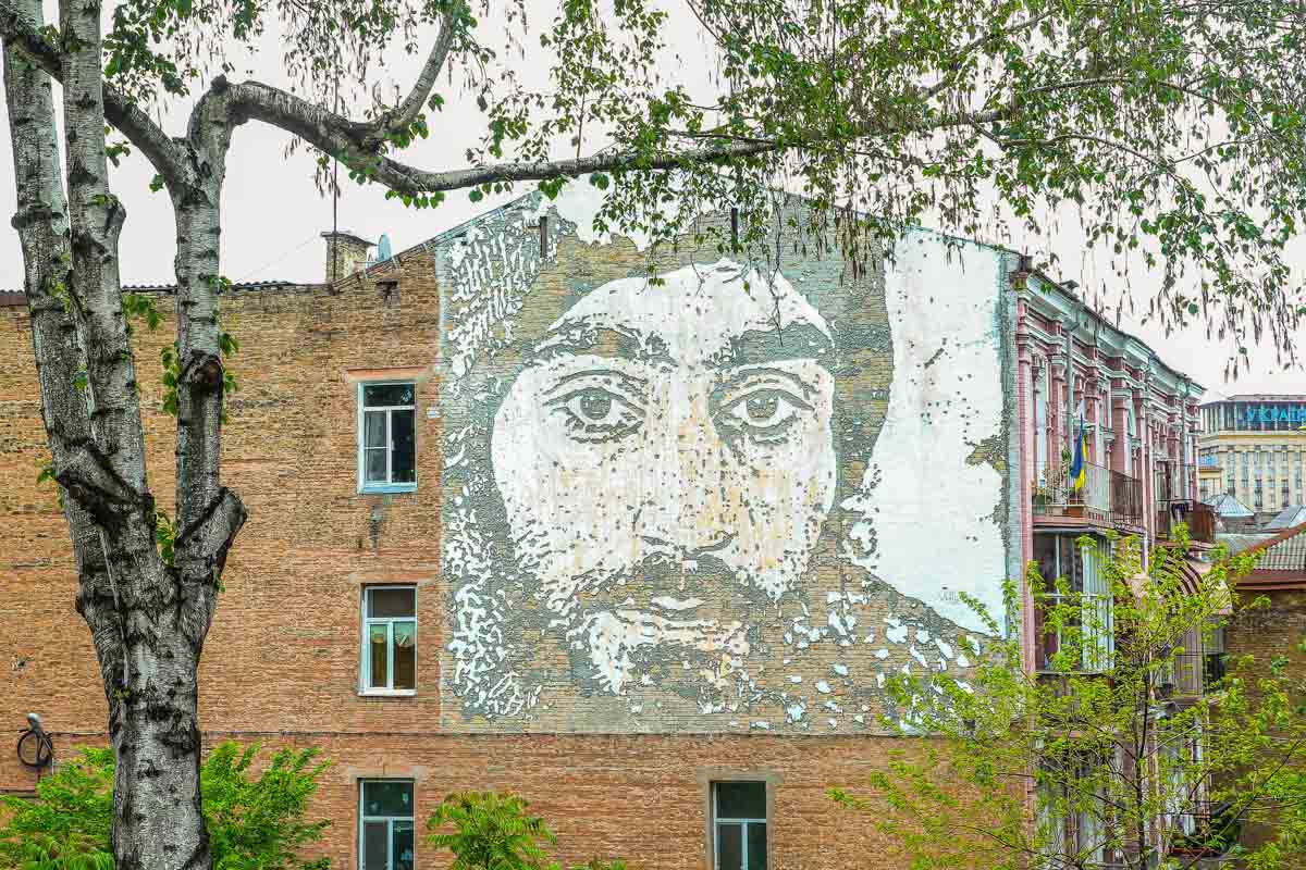 Граффити с героем Небесной Сотни успело стать одним из символов Киева