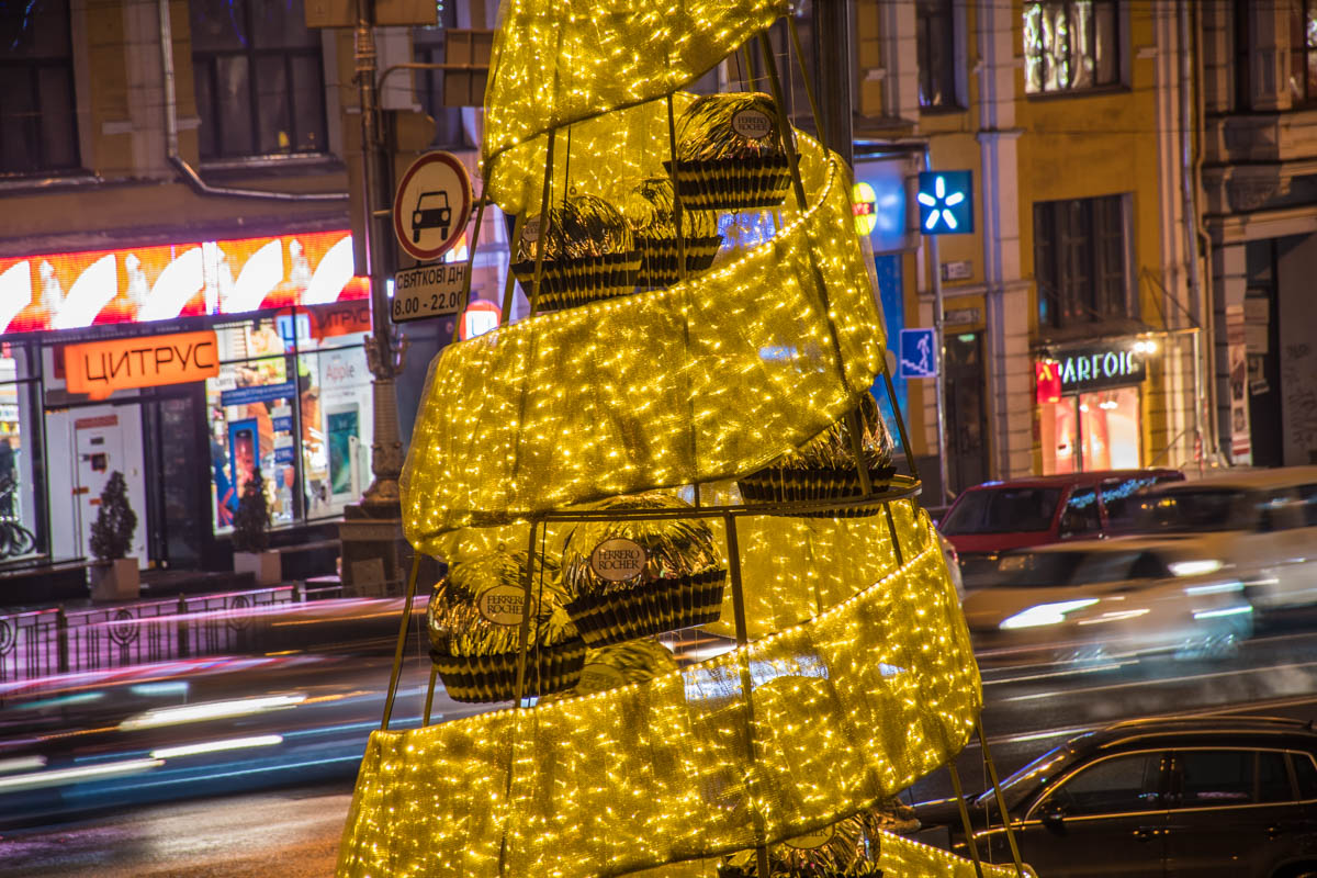Современная елка в центре Киева напоминает, что пора купить сладостей к новогоднему столу
