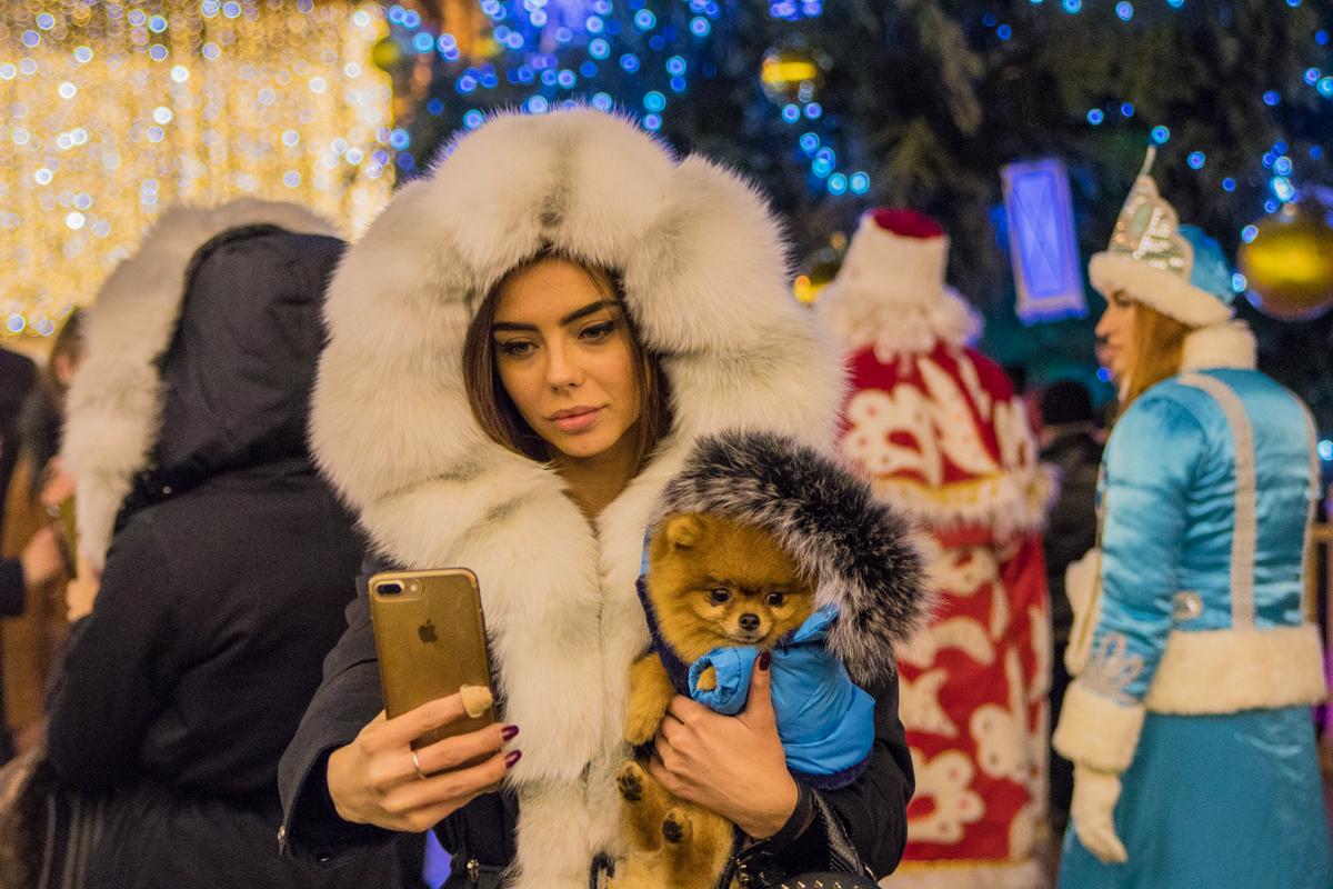 На Софийскую площадь приехала сама Снегурочка с четырехлапым символом 2018 года