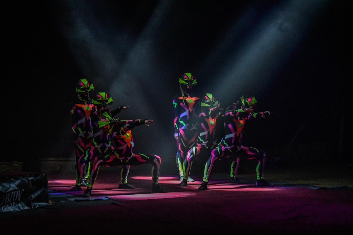 """В промежутках между номерами публику развлекали танцоры в """"космических"""" костюмах"""
