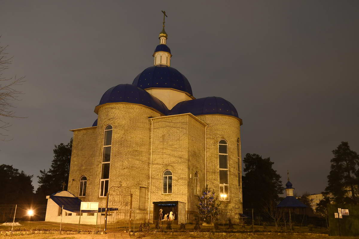 Церковь особенно необычно выглядит в ночное время суток