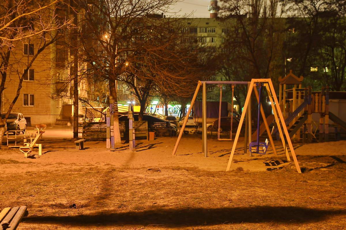 В темное время суток пустуют и детские площадки