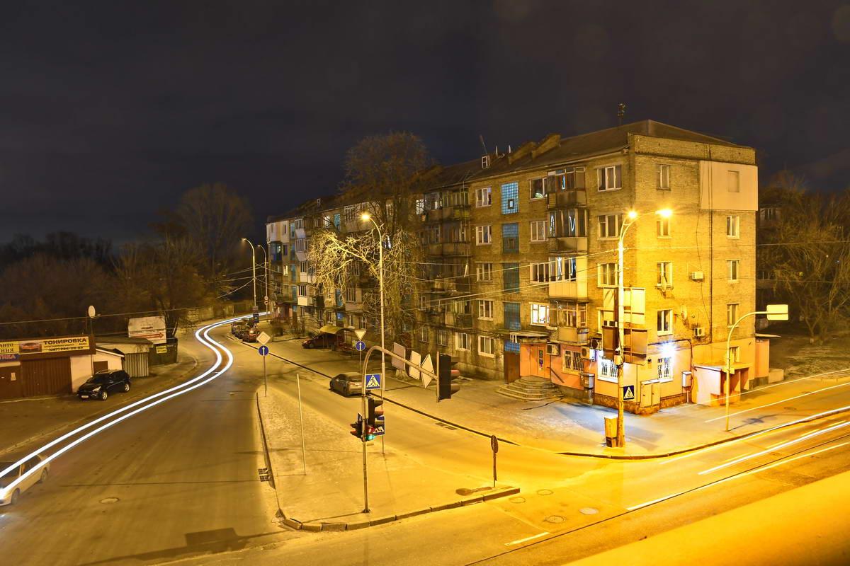 Ночное освещение создает особую атмосферу