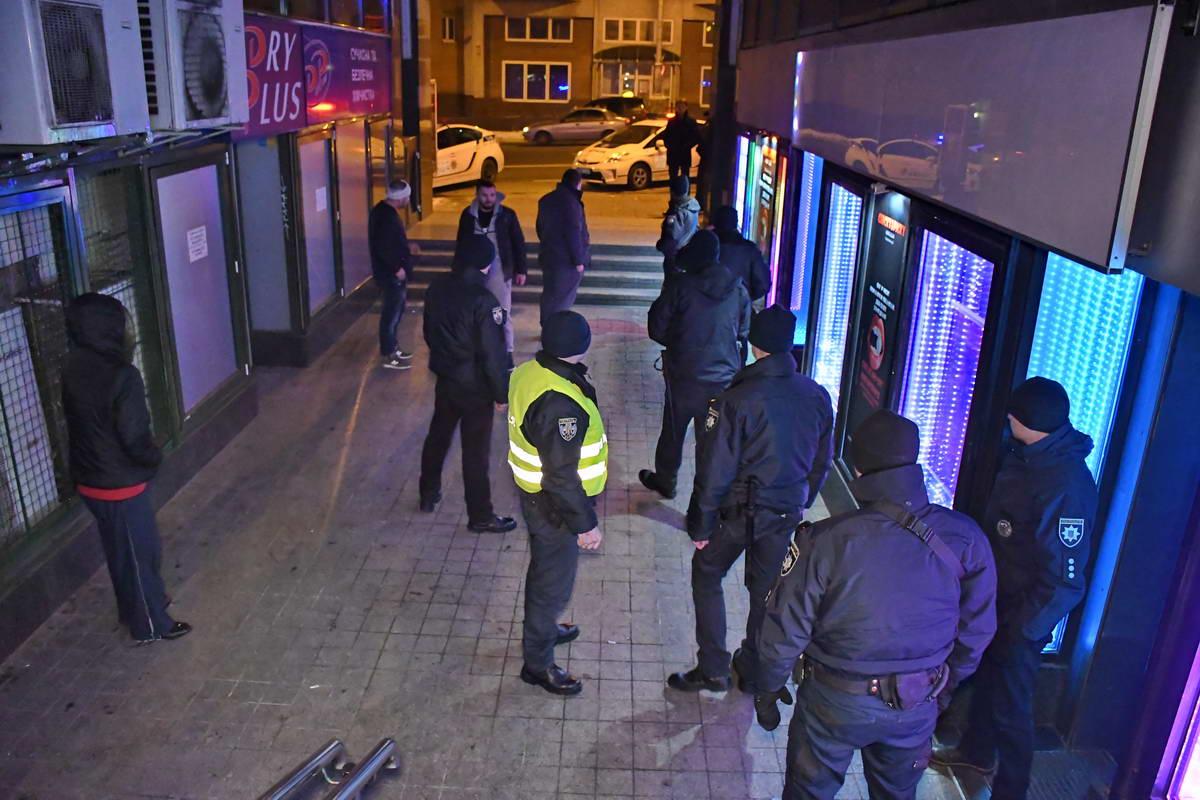 Пока полиция дежурит у входа в заведение, пострадавшие мужчины ведут себя агрессивно