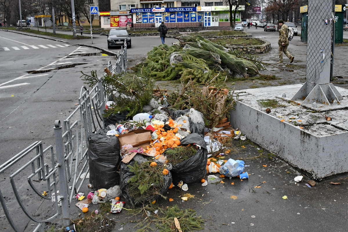 Возле елок бросили и мусорные пакеты