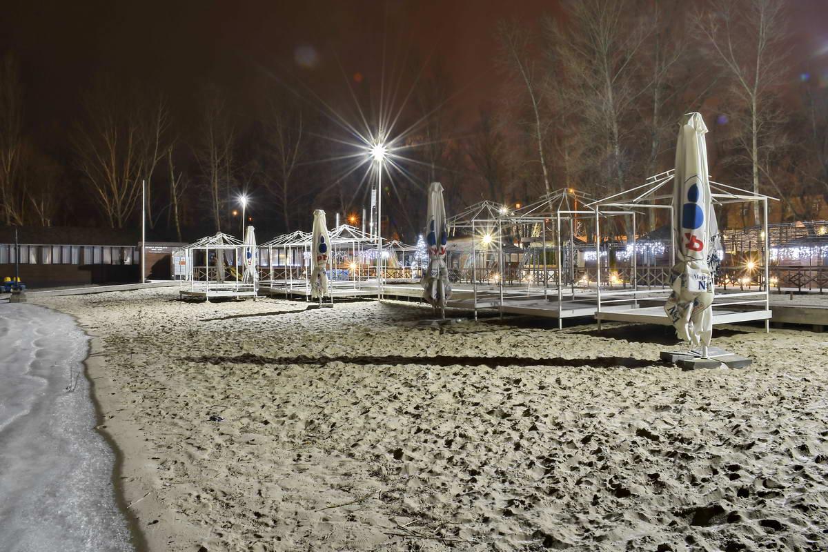 Зимней ночью песчаный пляж выглядит особенно необычно