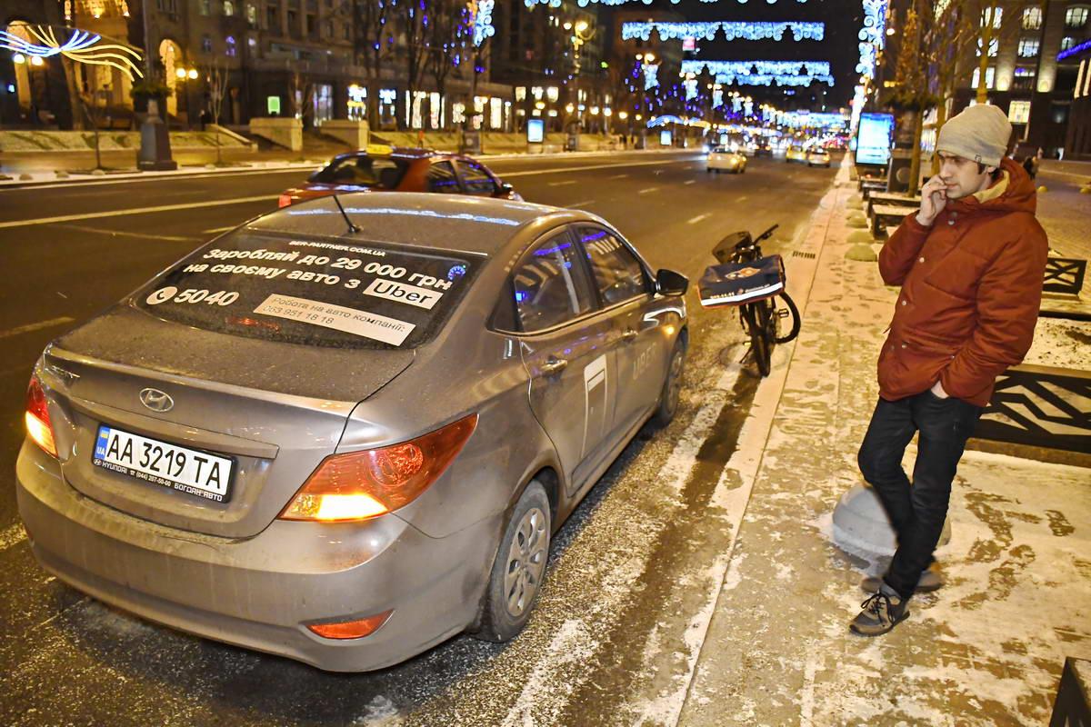 Водитель Uber на месте столкновения дожидается патрульных