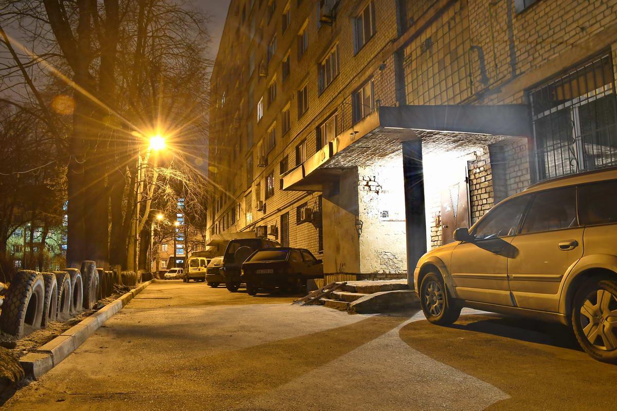Автомобили у подъездов дожидаются своих владельцев
