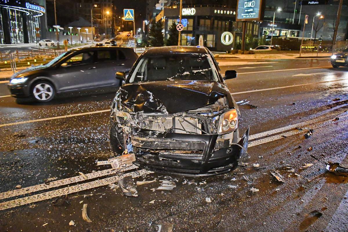 На дороге рядом с местом столкновения разбросано стекло и частички авто