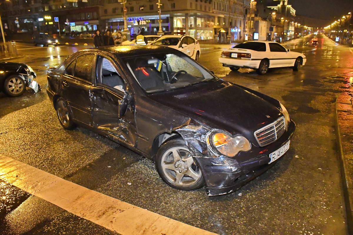 У авто с польскими номерами от удара вылетело стекло