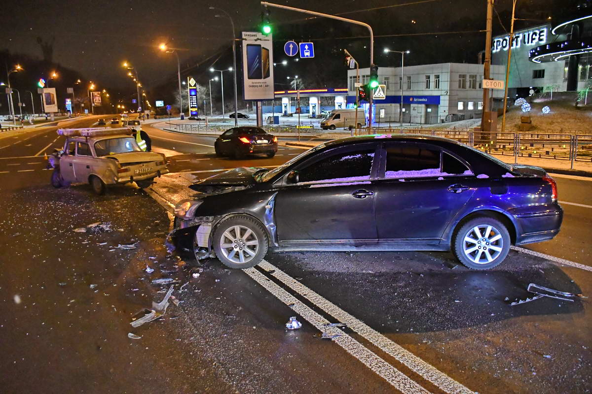 Машины столкнулись посреди дороги на бульваре Дружбы Народов