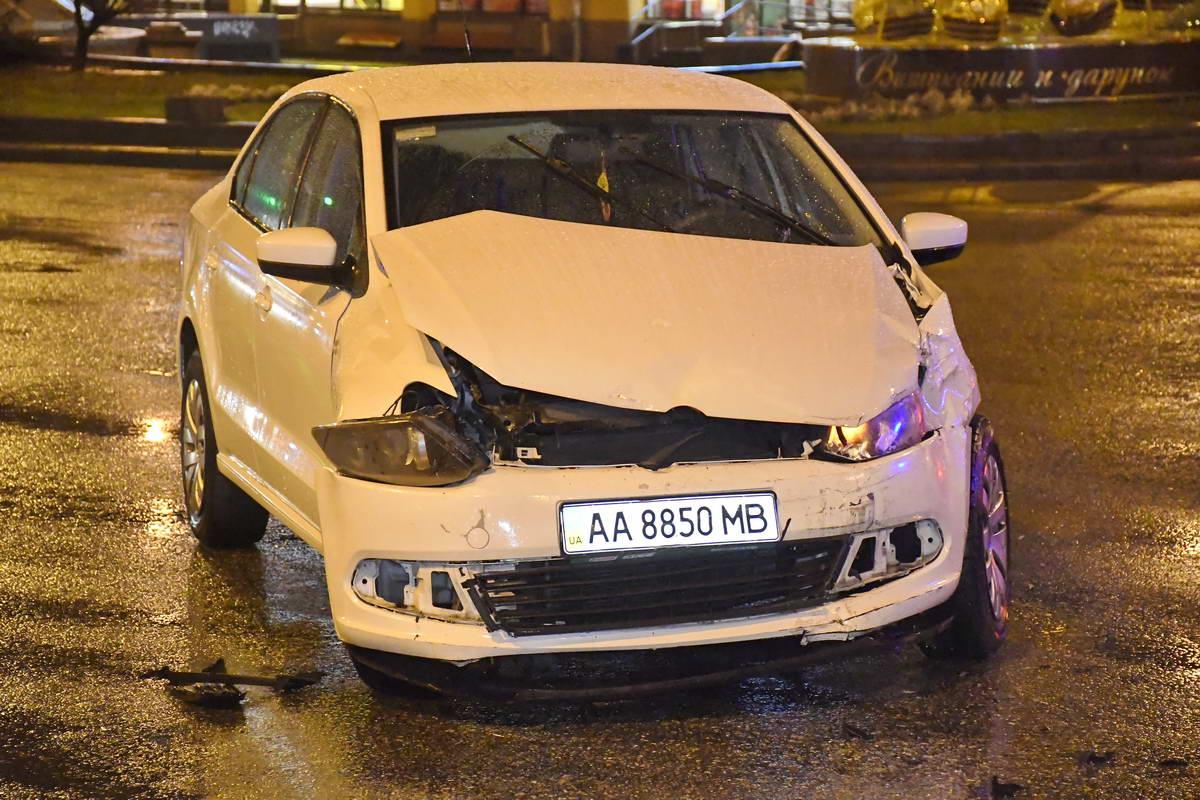 По словам водителяVolkswagen, причиной ДТП стало то, что Mercedes пытался повернуть с улицы Бассейной на Большую Васильковскую, хотя здесь поворот строго запрещен