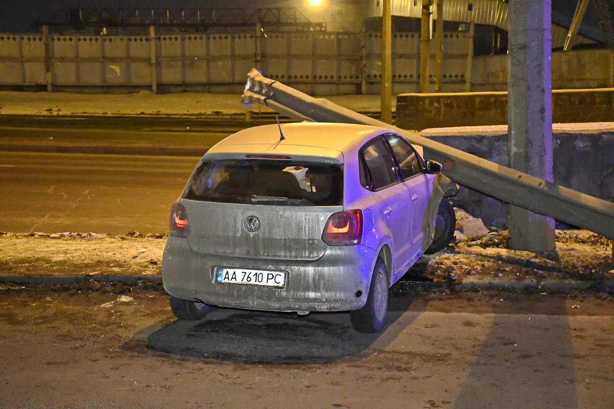 Volkswagen Polo снес отбойник