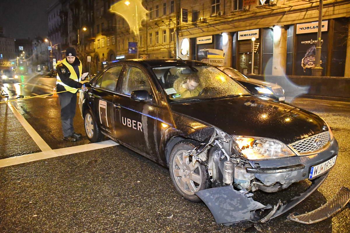 Mercedes отбросило на таксиUber, которое двигалось в сторону улицы Крещатик