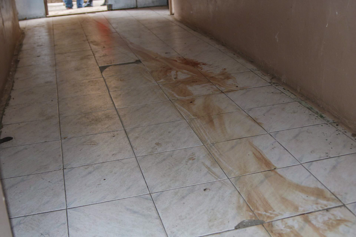 Кровавый след тянется со второго этажа до выхода из подъезда