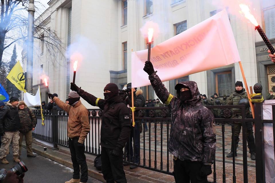 Под Радой начались столкновения, митингующие зажгли файеры