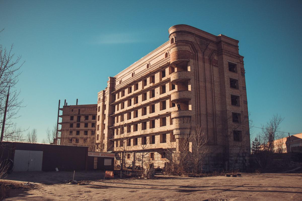 Заброшенное здание стоит в таком виде уже 30 лет