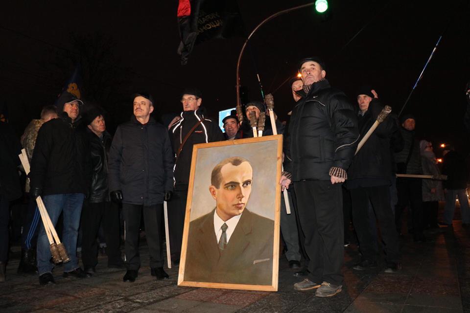 Люди принесли портреты Степана Бандеры