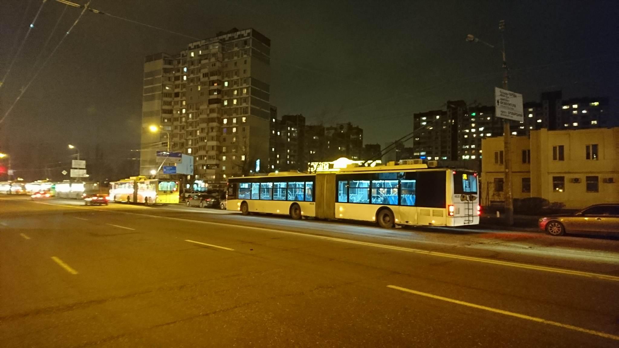 В Киеве на Троещине остановились более 10 троллейбусов