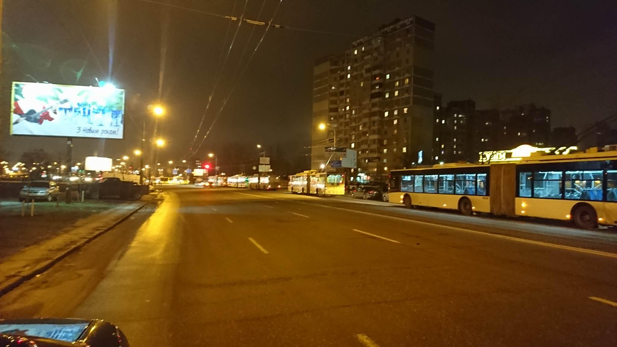 Из строя вышла контактная сеть троллейбусов и сейчас проводят ремонтные работы