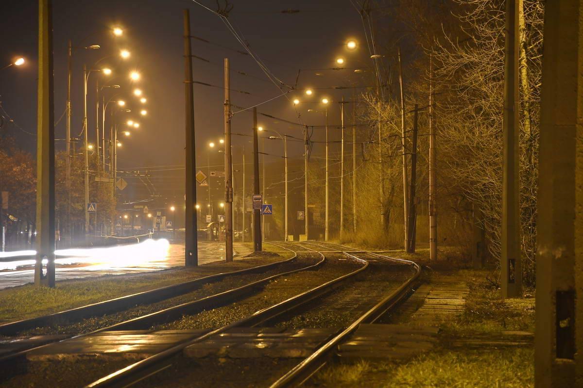 Одинокие трамвайные пути в ожидании транспорта