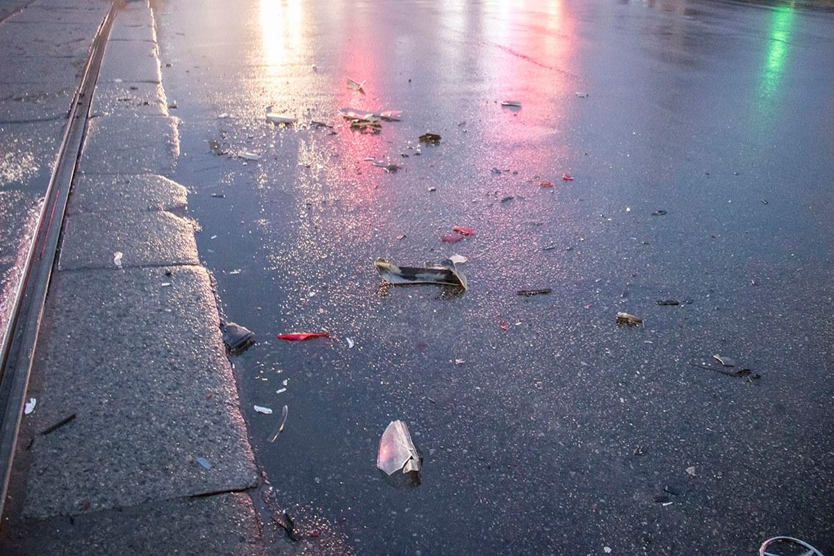 На проезжей части разбросаны осколки разбитых авто