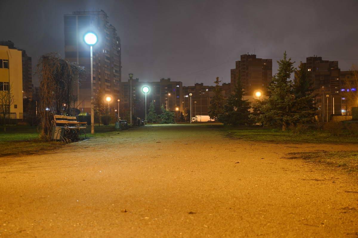 Фонари пустынной улицы завораживают