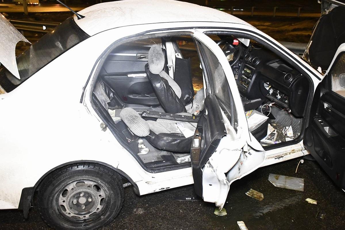 От удара машину развернуло и она влетела в ограждение