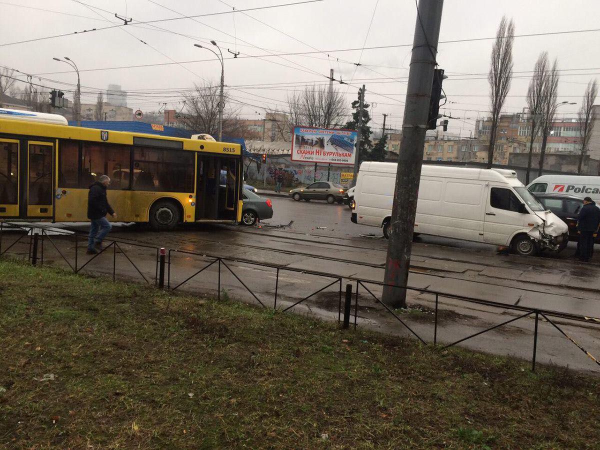 Автомобили перекрыли движение трамваев