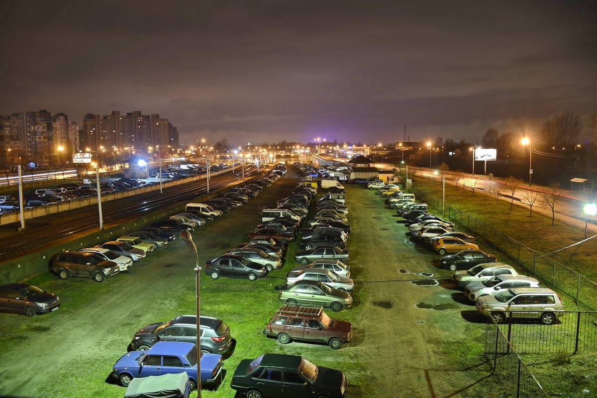 Машины мирно спят на стоянке