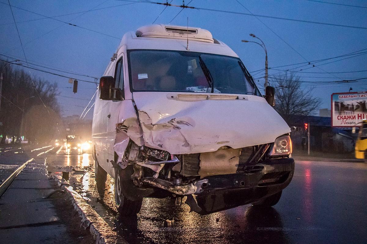 В Mercedes разбита передняя часть