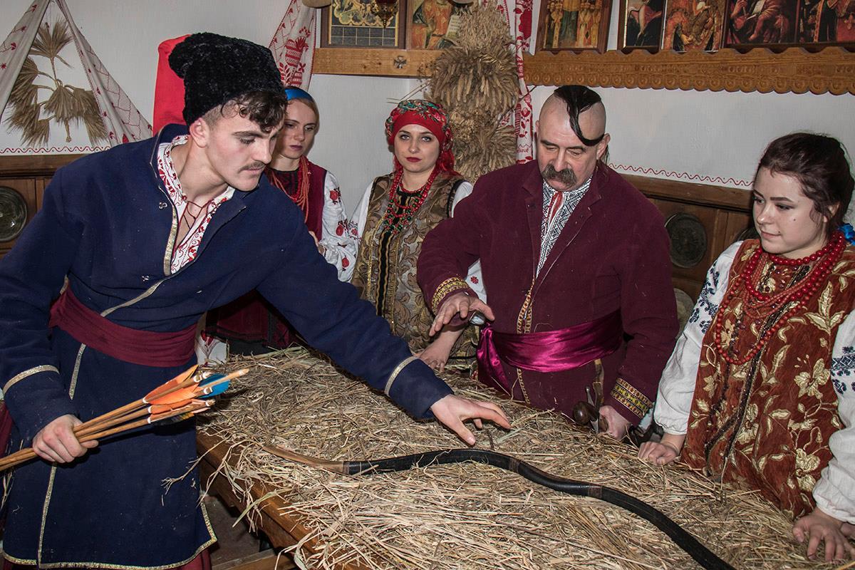По поверью, на стол, под скатерть кладут инструмент-кормилец семьи. В этом доме это лук и сабля