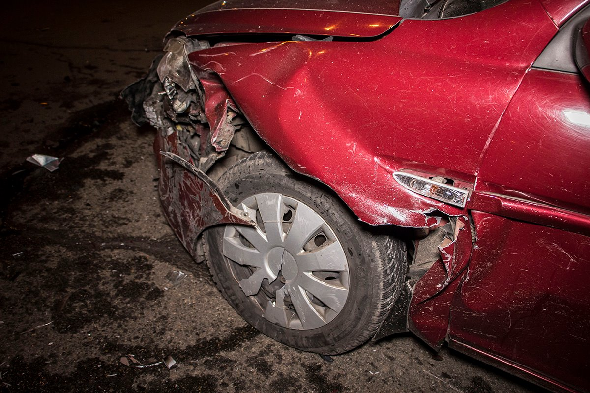 Машина, которая столкнула два автомобиля, скрылась с места ДТП