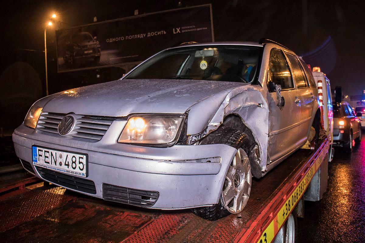 Volkswagen на литовских номерах пытался повернуть со второй полосы