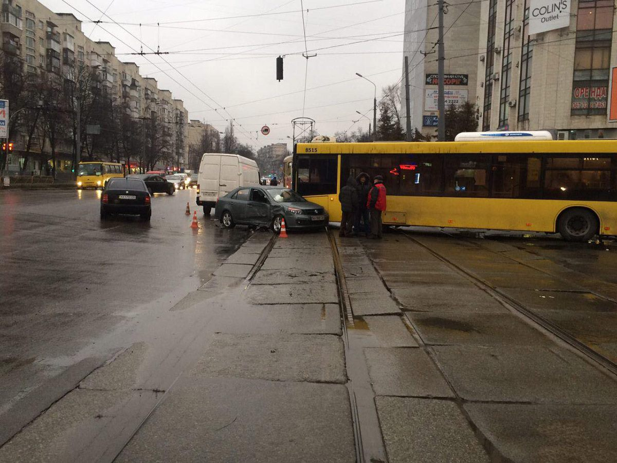 Автомобили столкнулись на пересечении улиц Кирилловская и Сырецкая
