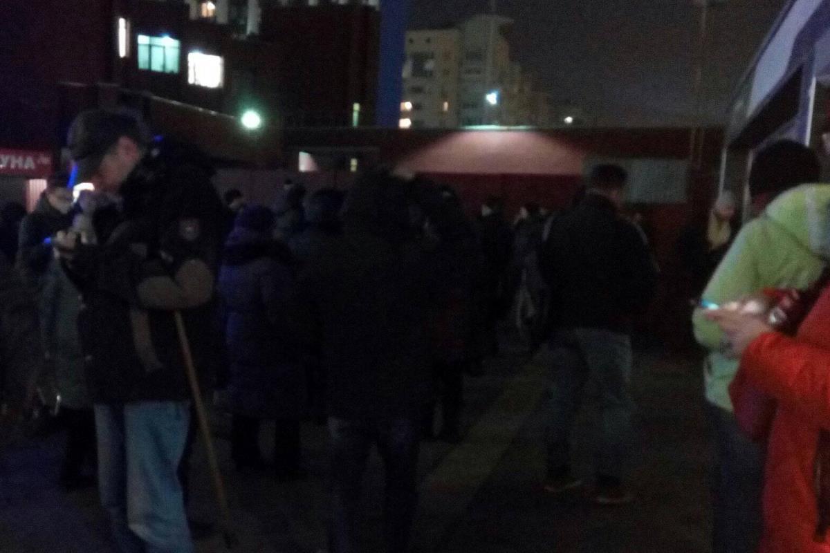 """Толпа у входа в """"Левобережную"""""""