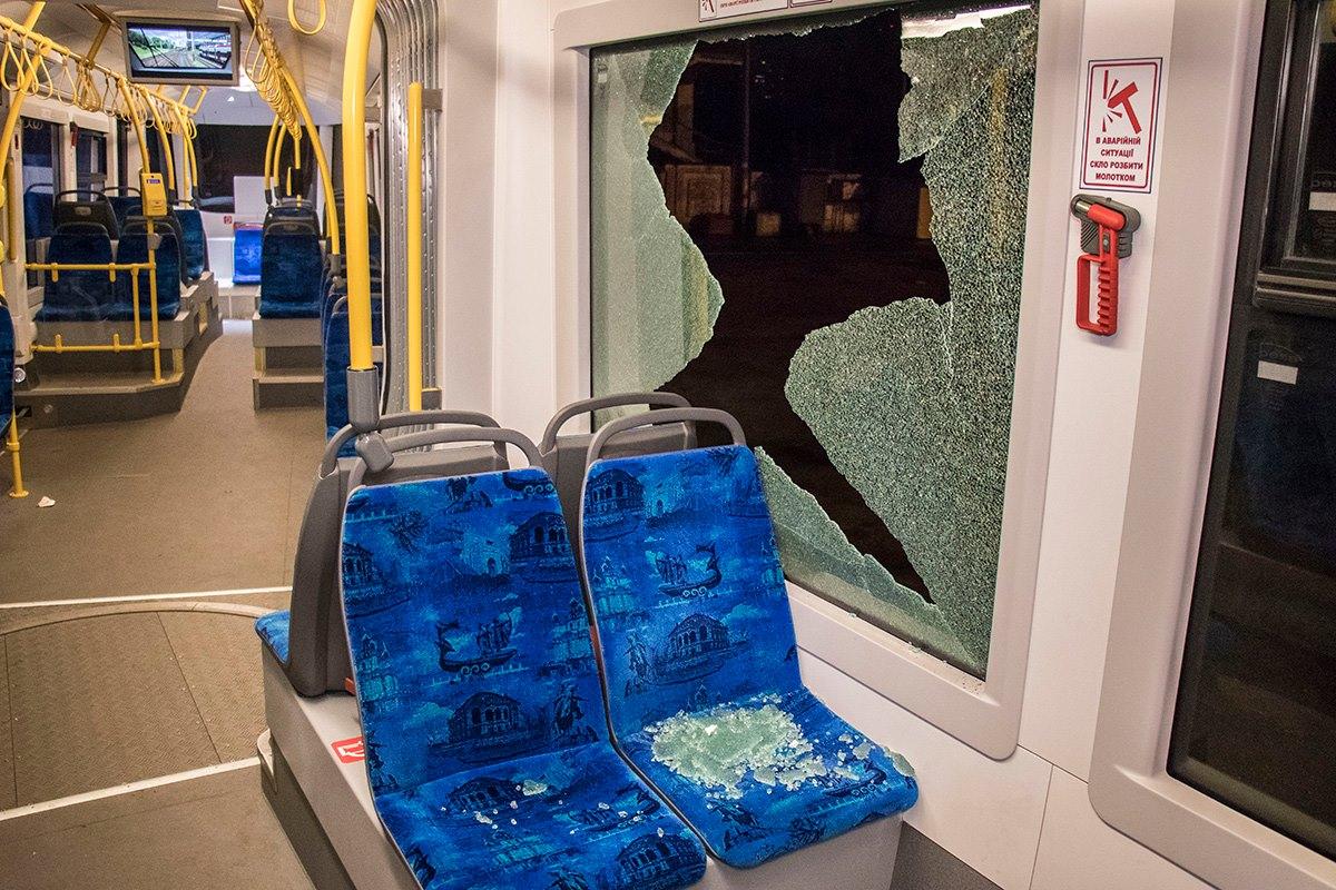 Двое подростков разбили стекло в трамвае № 1