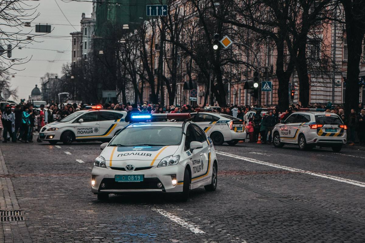 Детей катали 4 полицейские машины