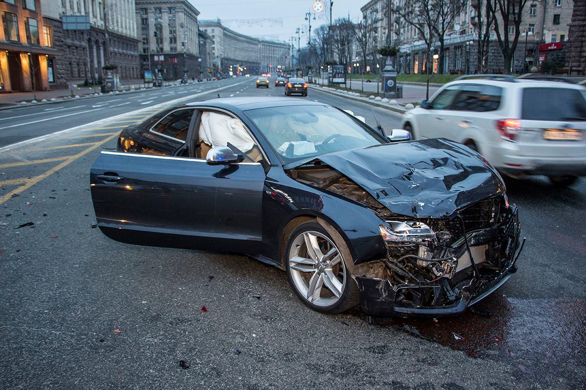Audi на дороге развернуло