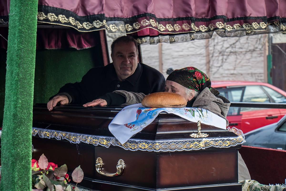"""Мать и отец убитого адвоката сильно плакали и """"убивались"""" по дочери"""
