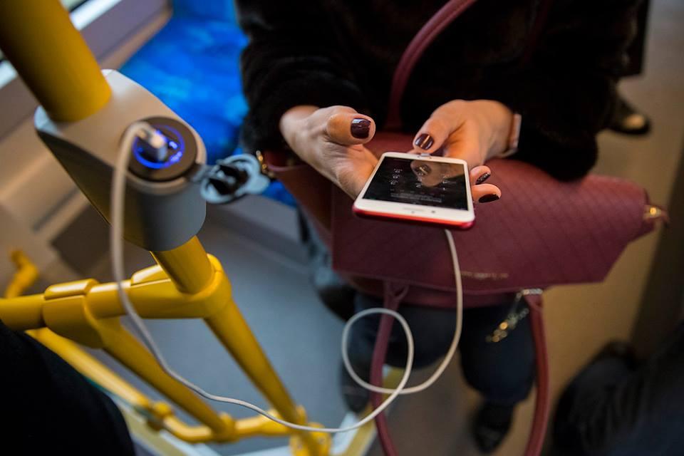 Еще одна особенность нового трамвая - здесь можно зарядить мобильный