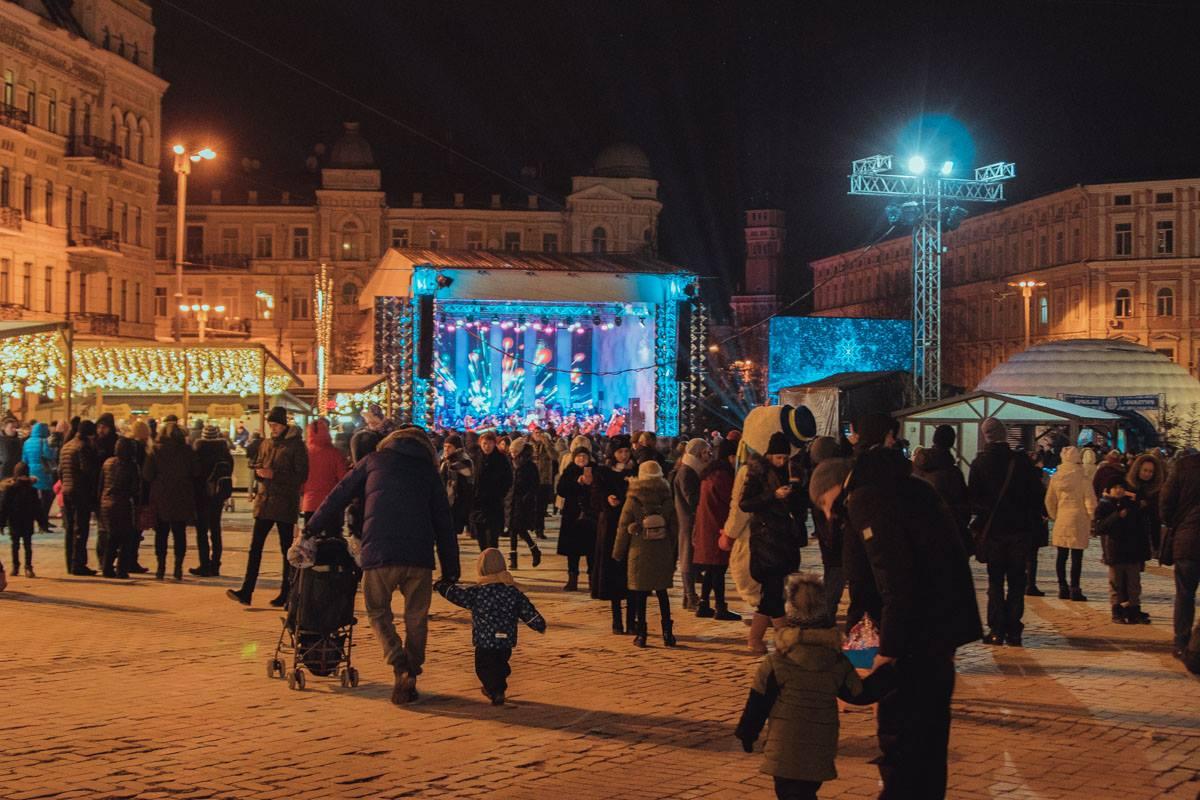 Людей на площади развлекают музыканты