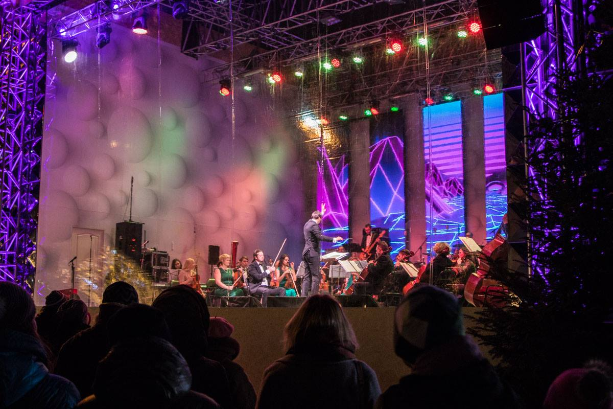 Зрителей в праздничный вечер развлекает симфонический оркестр