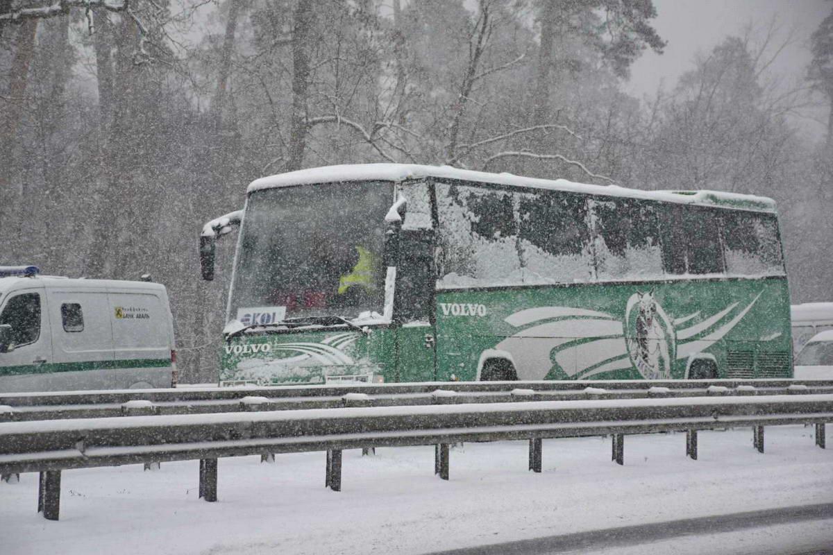 Автобус въехал в Hyundai, водитель которого хотел помочь тем, кто попал в аварию