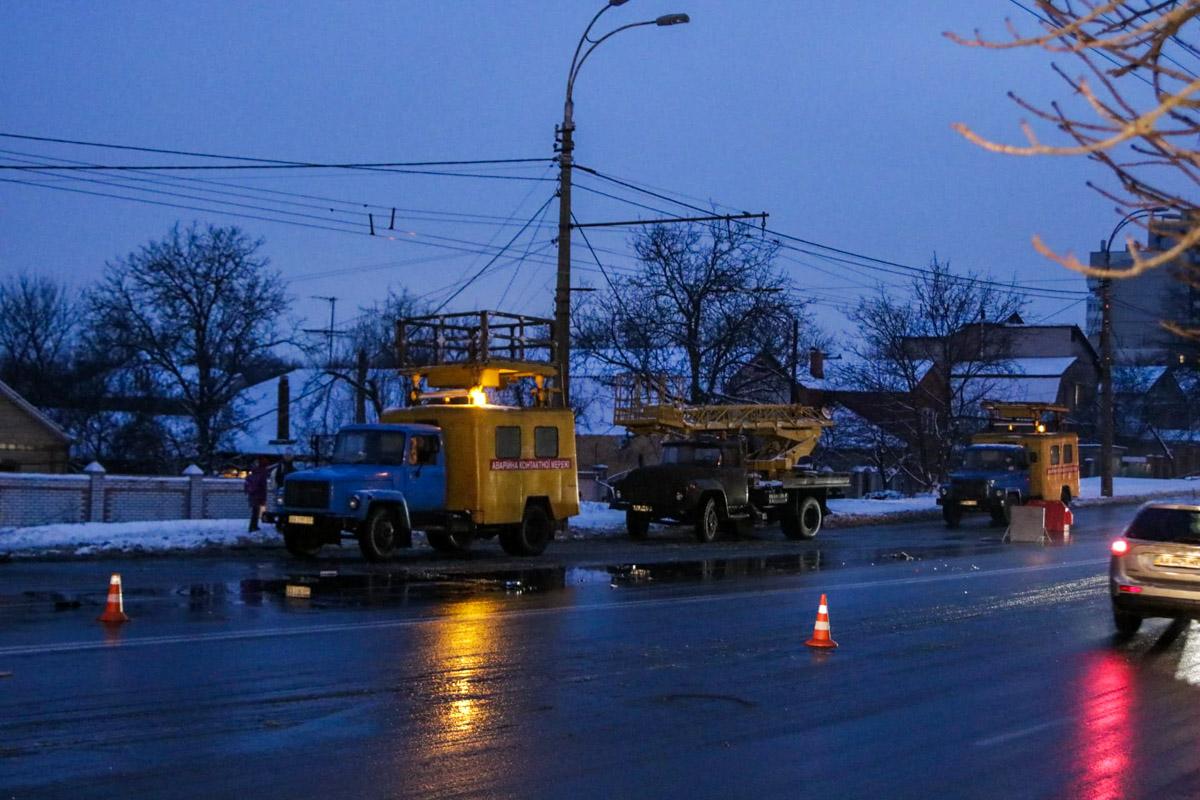 Из-за повреждения столба оборвались линии электропередач и контактной сети электротранспорта