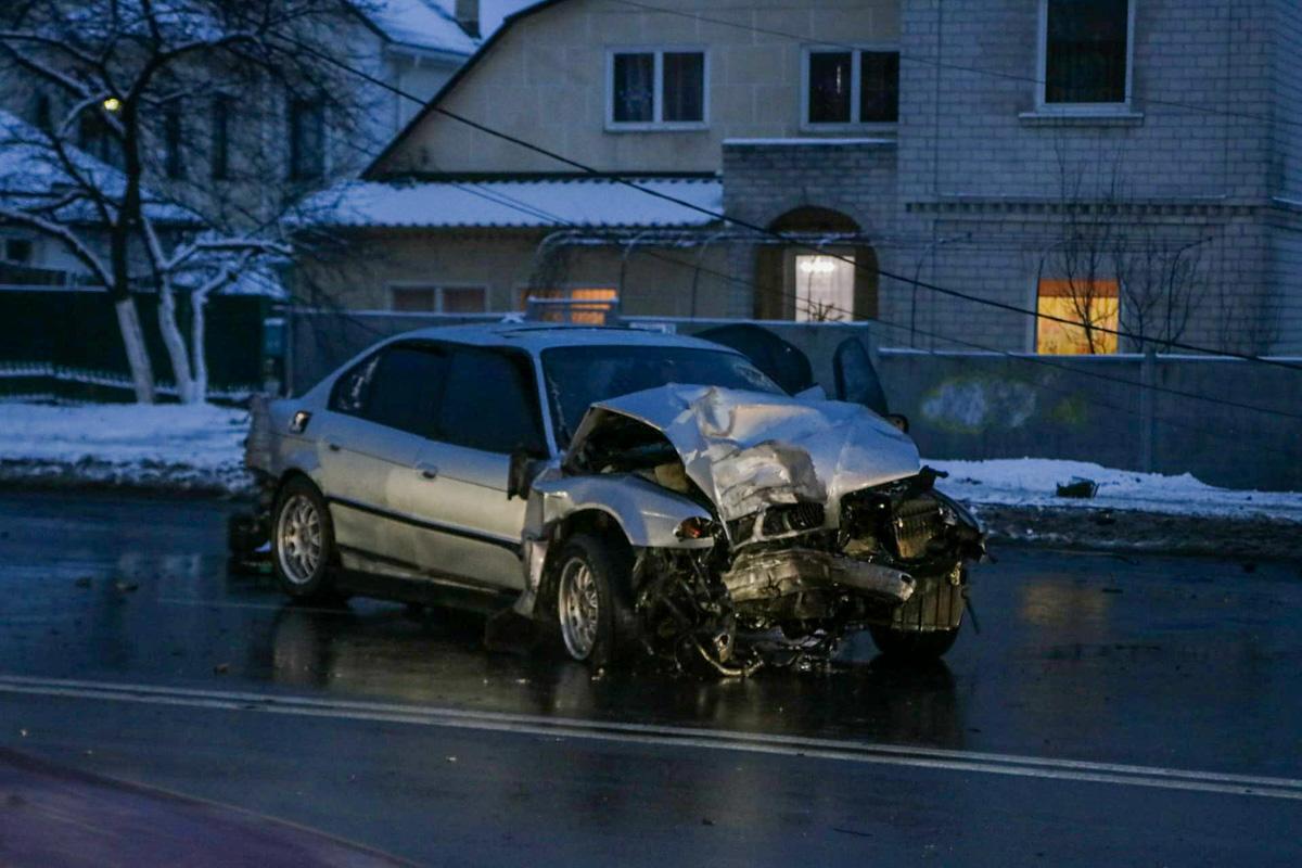 На Отрадном проспекте водитель BMW не справился с управлением и снес столб линии электропередач