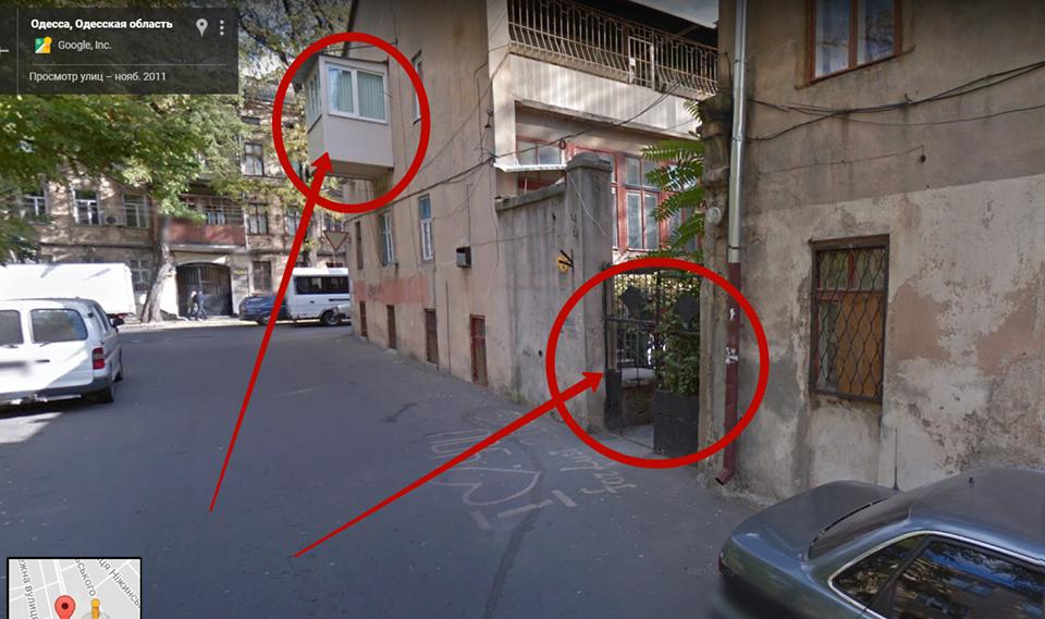 На фото обозначены балкон, с которого велась съемка, и подворотня - где прятался злоумышленник