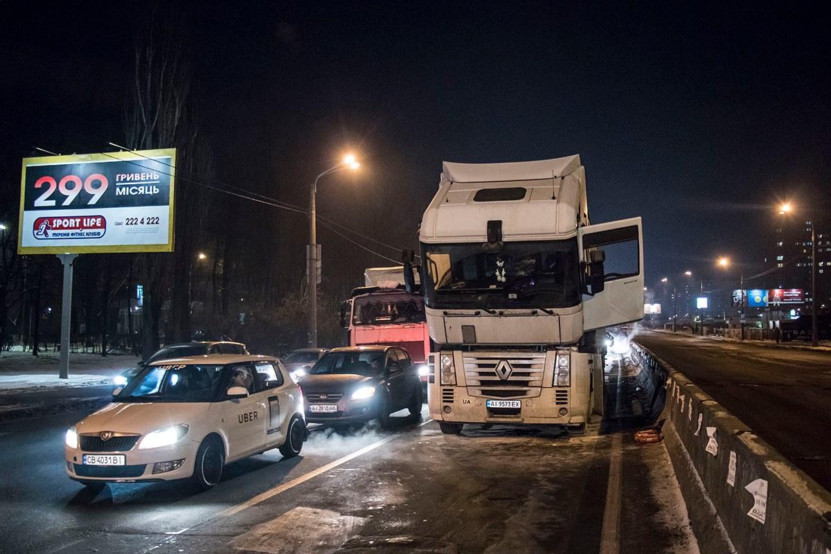 На перекрестке проспекта Палладина и улицы Булаховского загорелась фура
