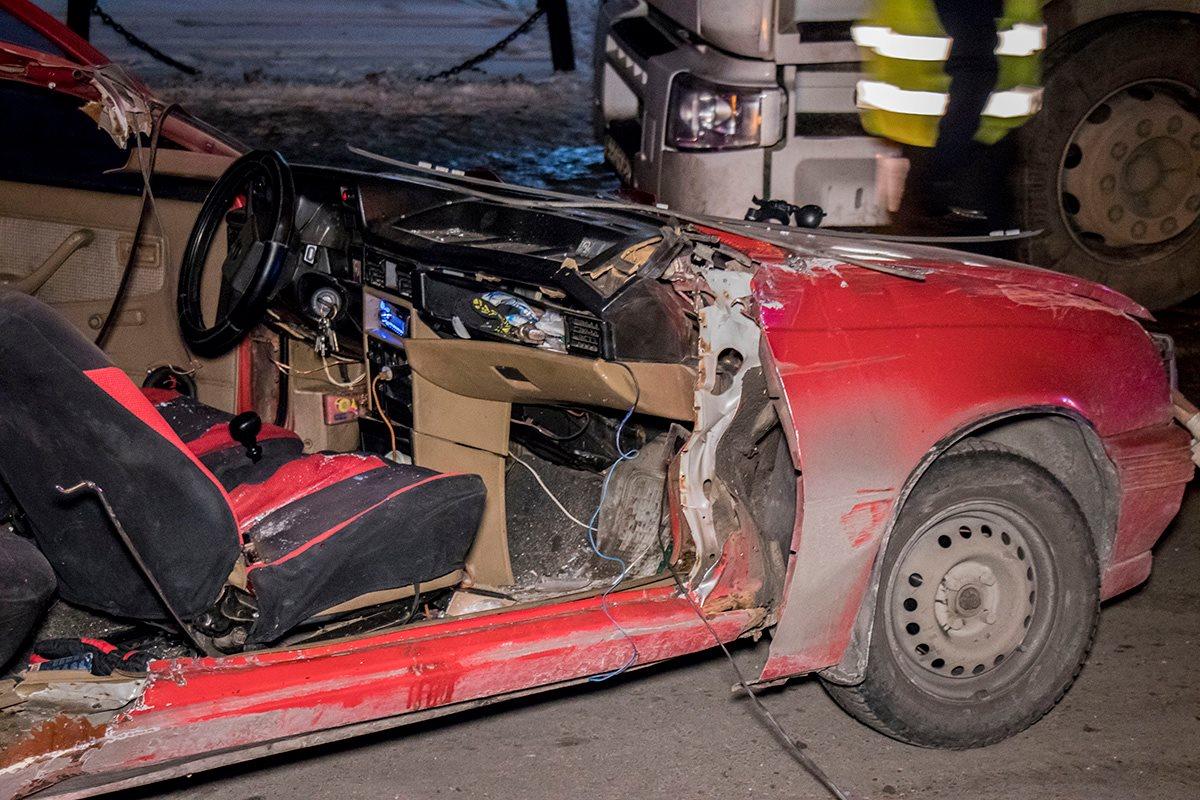 У автомобиля вылетело лобовое стекло и сорвало часть корпуса